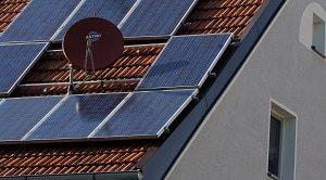 Solarthermie, Solaranlage, Satellitenschüssel, Dachziegel, Ziegel, Fenter, Haus