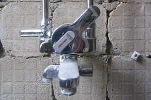 Entkalkungsanlage, Wand, Beton, Betonwand, Wasserhahn, Wasser, Kalk, Hebel, warm, kalt