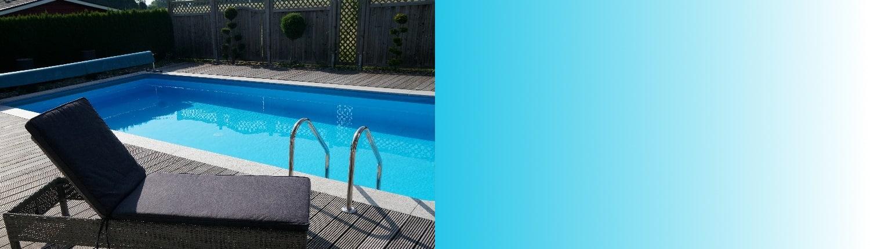 Schwimmbeckentechnik Slider, Pool, Badeliege, Poolliege, Urlaub, Hotel, Appartment, hellblaues Wasser, Schwimmbecken, Pooleingang, Stahlgeländer, Holzboden, Zaun