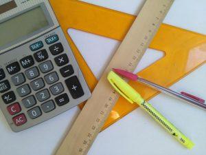 Taschenrechner,Textmarker, Druckbleistift, Bleistift, Lineal, Geodreieck, ausmessen, anzeichnen, ausrechnen, zeichnen, rechnen