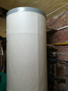 Warmwasserspeicher, Heizwasser, heißes Wasser, Warmwasser, Pufferspeicher, Keller, Rohre, Leitungen